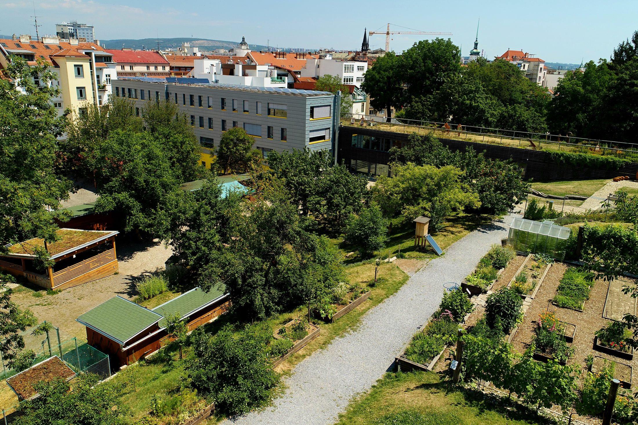 Areál Otevřené zahrady s extenzivními zelenými střechami  vlevo dole a intenzivní zelenou střechou vzadu; červenec 2018